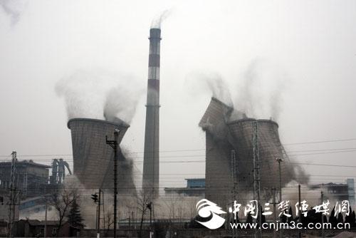 荆门热电厂退役冷却塔烟囱昨日爆破拆除